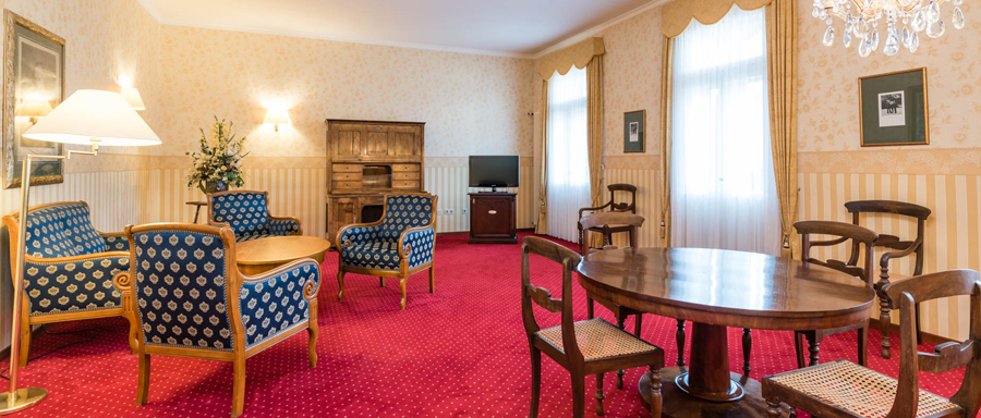 Junior Suite in the Romantik Hotel Sächsischer Hof Meiningen with restored antique furniture
